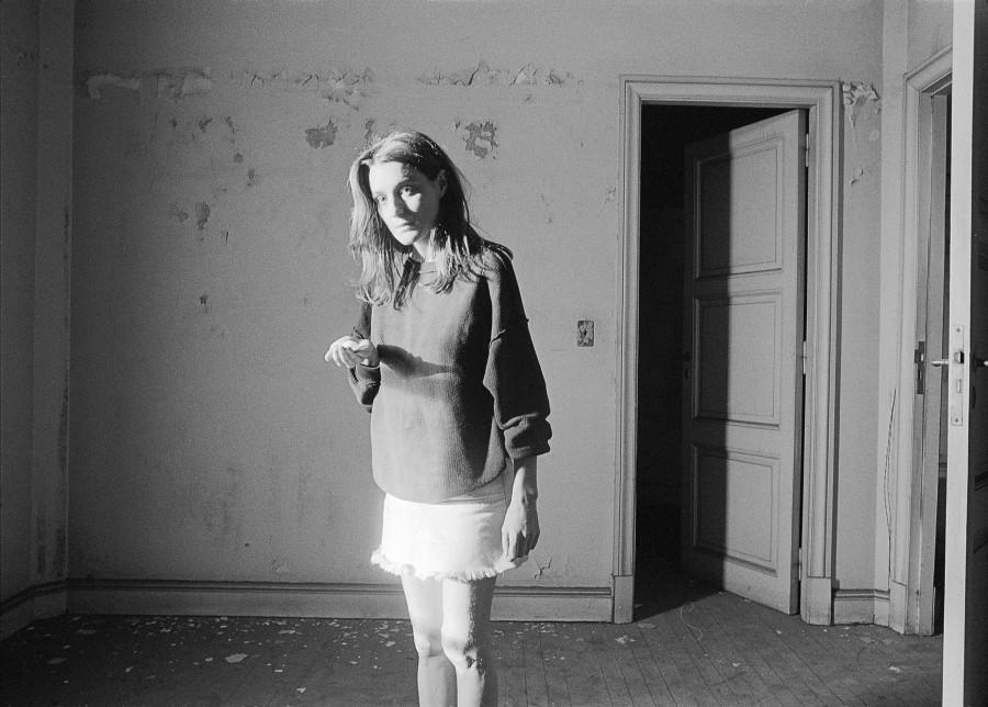 """Sin título, de la serie """"Liliana Maresca en el edificio Marconetti, Parque Lezama"""", 1984. Fotoperformance. Fotografía: Marcos López. Imagen: Archivo Liliana Maresca"""