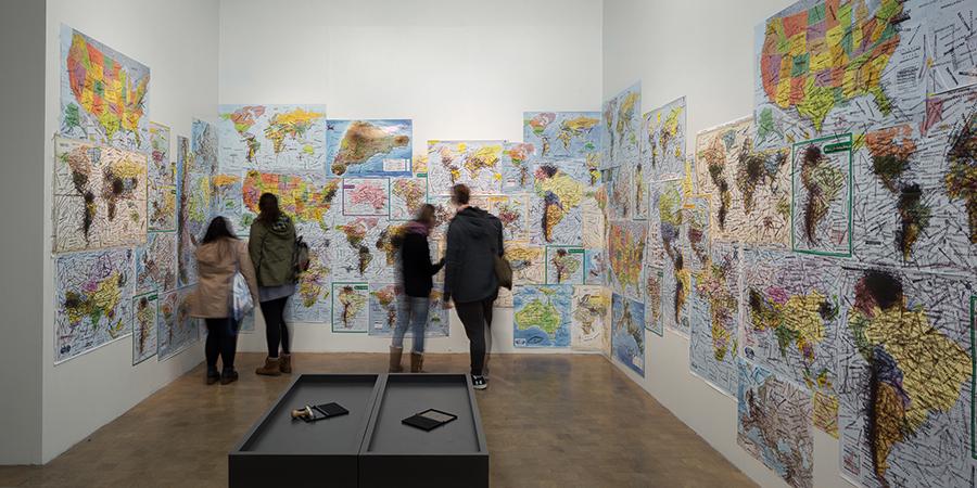 Imagine Peace. Map Instalation (2003-2017), parte de la muestra Dream Come True de Yoko Ono en CorpArtes, Santiago de Chile. Foto: Felipe Ugalde, para Artishock.