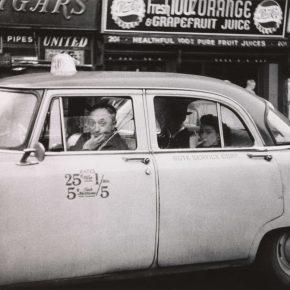 Diane Arbus, Taxista al volante con dos pasajeros, Ciudad de Nueva York, 1956. Impresión en gelatina de plata. The Metropolitan Museum of Art © The Estate of Diane Arbus, LLC. Todos los derechos reservados