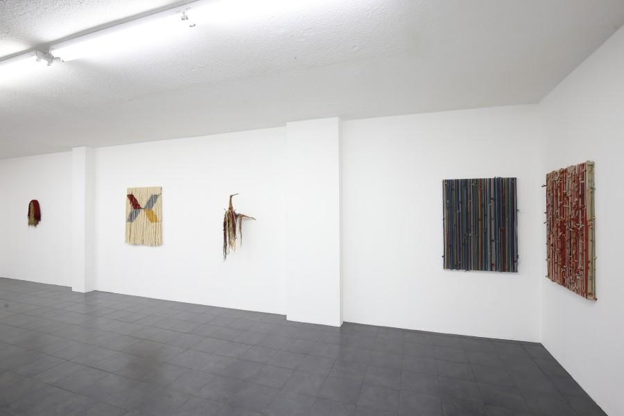 """Vista de la exposición """"Abuelos"""", de Antonio Pichillá, en Galería Extra, Ciudad de Guatemala, 2017. Cortesía de la galería"""