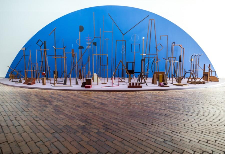 """Ana Mazzei, Espetáculo, 2016. Vista de la exposición """"Incerteza Viva"""", 32° Bienal de Sao Paulo en Bogotá, 2017. Cortesía: MAMBO"""
