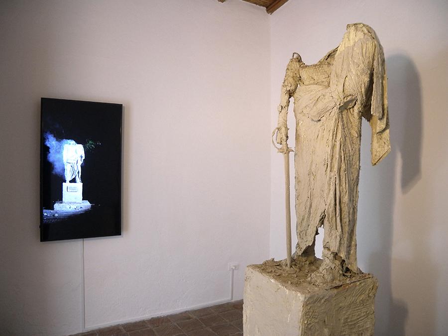 Pieza de Deborah Castillo en la muestra colectiva Onomatopeyas visuales de tiempos difíciles, en Carmen Araujo Arte, Caracas. Foto: cortesía de la curadora.
