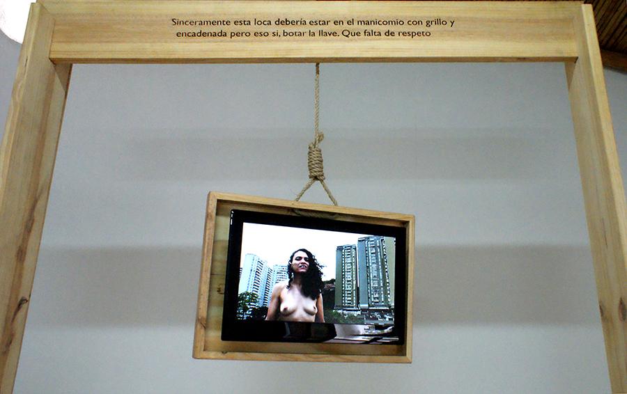 Pieza de Erika Ordosgoitti en la muestra colectiva Onomatopeyas visuales de tiempos difíciles, en Carmen Araujo Arte, Caracas. Foto: cortesía de la curadora.