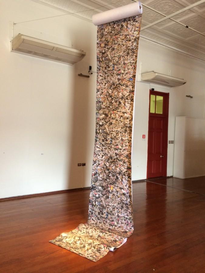 """Gabriel Navia, """"Tapete"""". Vista de la exposición """"Ven a mi casa"""", parte de En el marco de SACO6, Centro Cultural Estación Antofagasta, 2017. Foto: Alejandra Villasmil"""