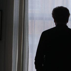 El artista Alfredo Jaar, en el documental JAAR. El lamento de las imágenes, de Paula Rodríguez. Foto: cortesía Errante Producciones.