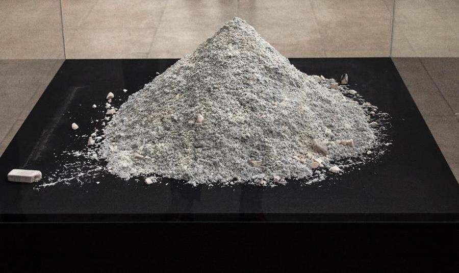 Sin título, 3.216 nombres borrados (2013), parte de la muestra Post Data de Gabriel Holzapfel en Galería Metales Pesados Visual, Santiago de Chile. Foto: cortesía de la galería.