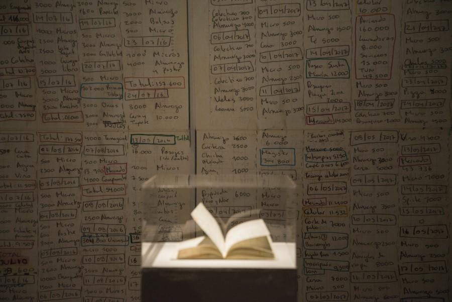 """Claudia León, """"Transacciones"""". Vista de la exposición """"Ven a mi casa"""", parte de En el marco de SACO6, Centro Cultural Estación Antofagasta, 2017. Foto: Cristián Ochoa"""