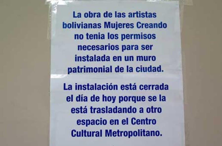 """Aviso del Municipio de Quito que pretende justificar la censura a la intervención de Mujeres Creando en la exposición """"La Intimidad es Política"""". Fotografía: Fabian Patinho"""