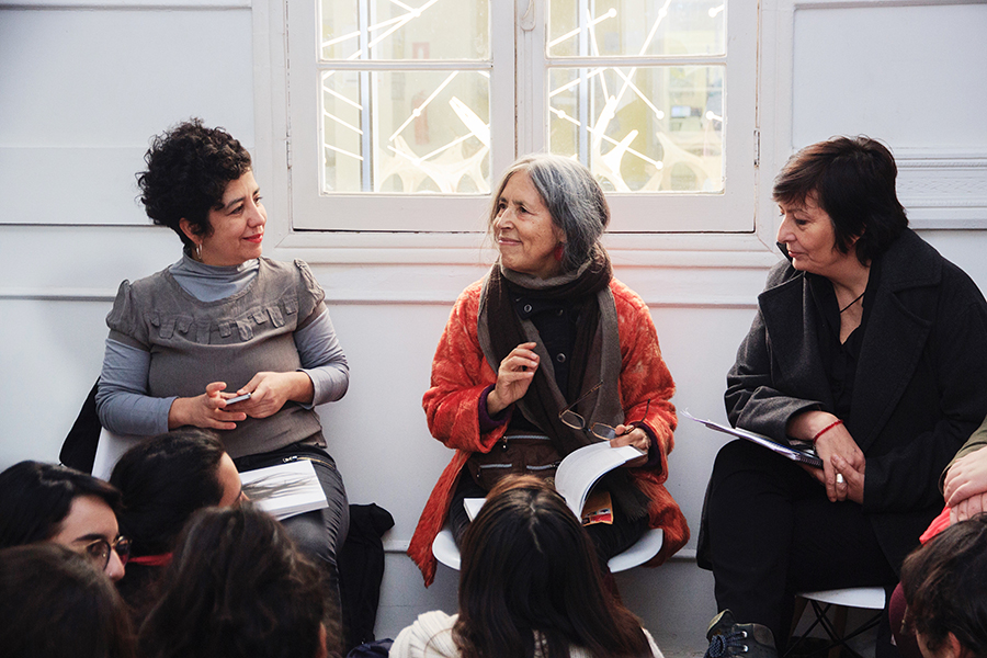 La artista Cecilia Vicuña (al centro) en conversatorio por su muestra Círculo...Ciclo/Cecilia Vicuña en el Campus Creativo de la Universidad Andrés Bello, Santiago de Chile. Foto: cortesía de la artista y Galería Casa Uno.