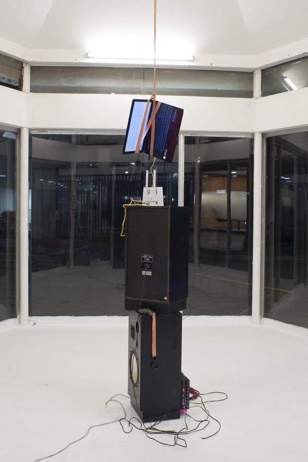 """Nicholas Jackson, """"Todo lo que nos aleja"""", vista de la instalación en Galería Tajamar, Santiago de Chile, 2017. Cortesía del artista"""