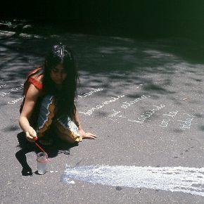 Fotograma del video Vaso de Leche (1979) de Cecilia Vicuña, parte de la muestra Círculo...Ciclo/Cecilia Vicuña en el Campus Creativo de la Universidad Andrés Bello, Santiago de Chile. Foto: cortesía de la curadora.
