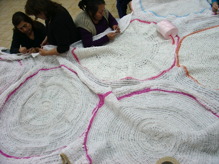Catalina Bauer. Registro del proceso de tejido de Chacra, 2009, en La casa de la Mujer de Huamachuco en Renca. Cortesía de la artista