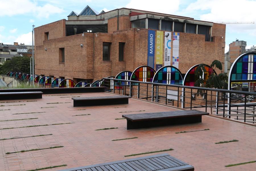 Daniel Buren, Del medio círculo al círculo completo: un recorrido del color, 2017. Obra site-specific para el Museo de Arte Moderno de Bogotá (MAMBO). Foto: Ignacio Umaña. Cortesía: MAMBO