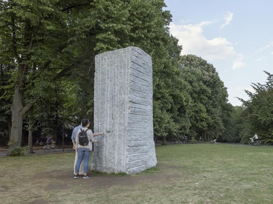 Lara Favaretto, Momentary Monument - The Stone. Foto: Henning Rogge