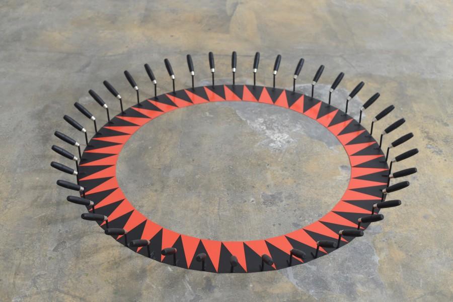 Patrick Hamilton, Red and Black Sun, 2017, esmalte sintético sobre espátula, 17 x 170 cm. diámetro. © Fotografía: Bruno Lopes. Cortesía del artista y Galería Baginski, Lisboa