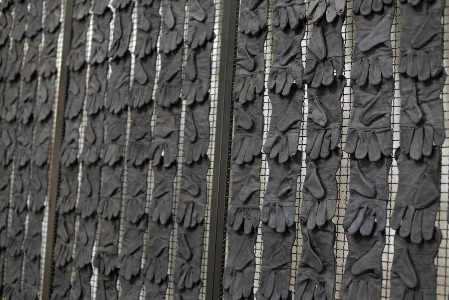 Patrick Hamilton, Monumento (La mano invisible), 2017, reja metálica lacada, guantes de trabajo, 200 x 500 x 15 cm. © Fotografía: Bruno Lopes. Cortesía del artista y Galería Baginski, Lisboa