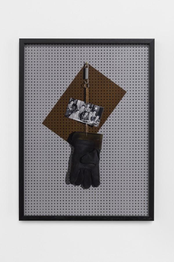 Patrick Hamilton, The Chicago Boy's, 2017. C-print digital, marco de madera, 68 x 50 cm. © Fotografía: Bruno Lopes. Cortesía del artista y Galería Baginski, Lisboa