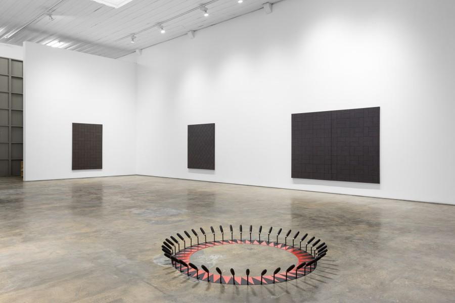 Patrick Hamilton, La mano invisible, vista de la instalación. © Fotografía: Bruno Lopes. Cortesía del artista y Galería Baginski, Lisboa.