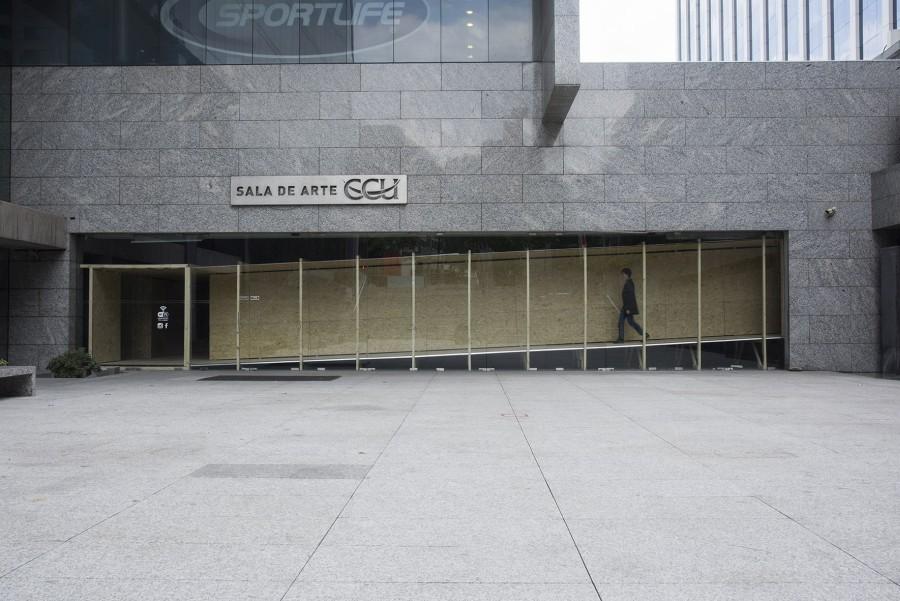 """Vista de la exposición """"La Galería"""", de María Gabler, en Sala de Arte CCU, Santiago de Chile, 2017. Foto: Jorge Brantmayer"""