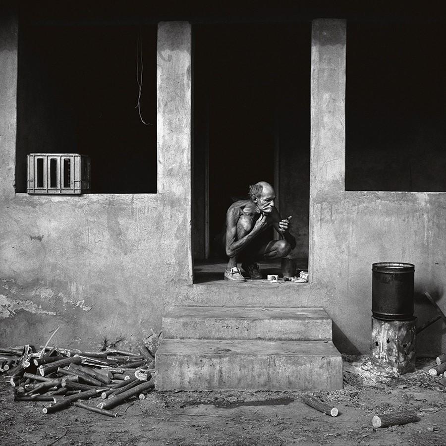 Man Shaving on Verandah (1986) © Roger Ballen. Foto: cortesía del artista.