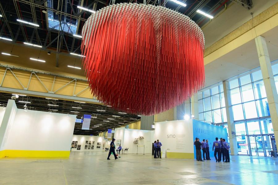 Media Esfera Roja (1988), de Jesús Rafael Soto (León Tovar Gallery, Nueva York), en la sección Sitio. Feria ARTBO 2017. Foto cortesía de ARTBO © Cámara de Comercio de Bogotá / 48 por Segundo.