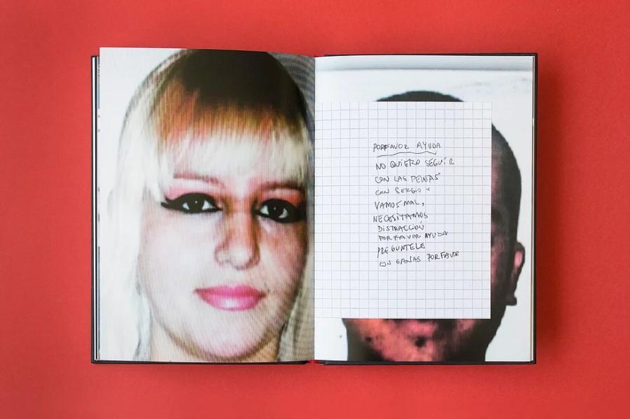 A-MOR, proyecto documental del fotógrafo Cristóbal Olivares sobre violencia doméstica y femicidio en Chile, lugar donde cada año más de 50 mujeres son asesinadas por sus parejas. Impresión offset, 24 x 17 cm, 164 páginas. Cortesía: Editorial Buen Lugar, Chile