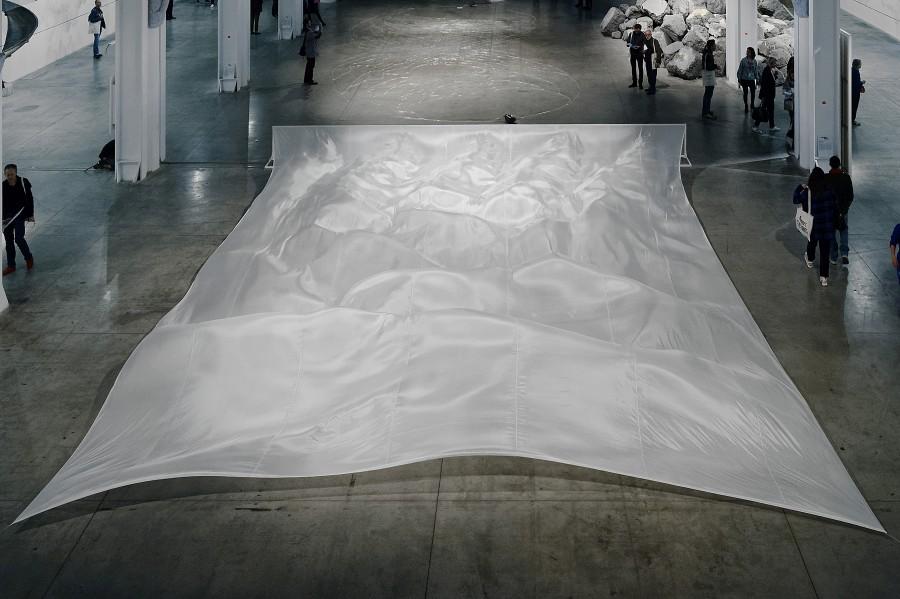 Hans Haacke, Wide White Flow, 1967-2017. Vista de la instalación en La Sucrière. Cortesía del artista, Biennale de Lyon 2017 y Paula Cooper Gallery. Copyright : ©hans haacke /Artists Rights Society (ARS) ©Blaise Adilon ©Adagp