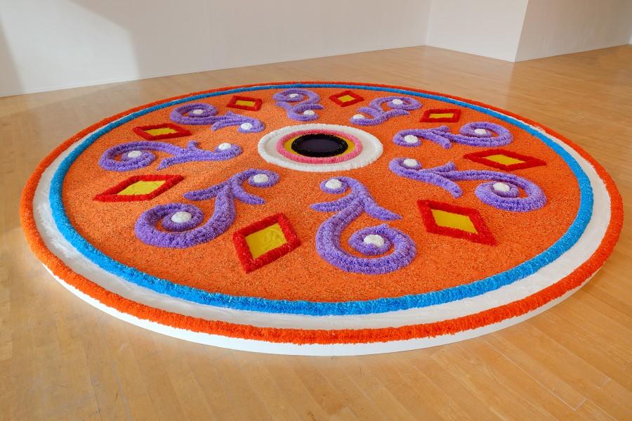 Jill Magid, Tapete de flores, 2017. Vista de la instalación en Le Musée d'Art Contemporain. Cortesía de la artista y Biennale de Lyon 2017. Con el apoyo de SODIF. Foto: ©Blaise Adilon