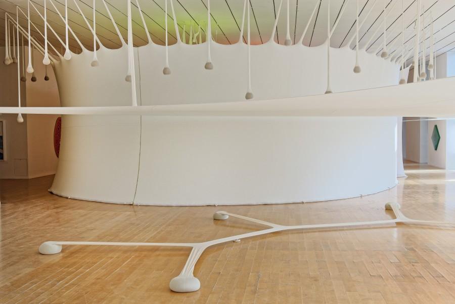Ernesto Neto, Two columns for one bubble light; Minimal Surface of a Body Evolution on a Field, 2007. Vista de la instalación en Le Musée d'Art Contemporain. Cortesía del artista, Biennale de Lyon 2017, y Galerie Max Hetzler. Foto: ©Blaise Adilon