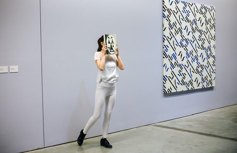 """Vista de la exposición """"Herramientas de trabajo"""", de Carlos Amorales, en el Museo de Arte Moderno de Medellín (MAMM), 2017. Foto cortesía revista Exclama"""