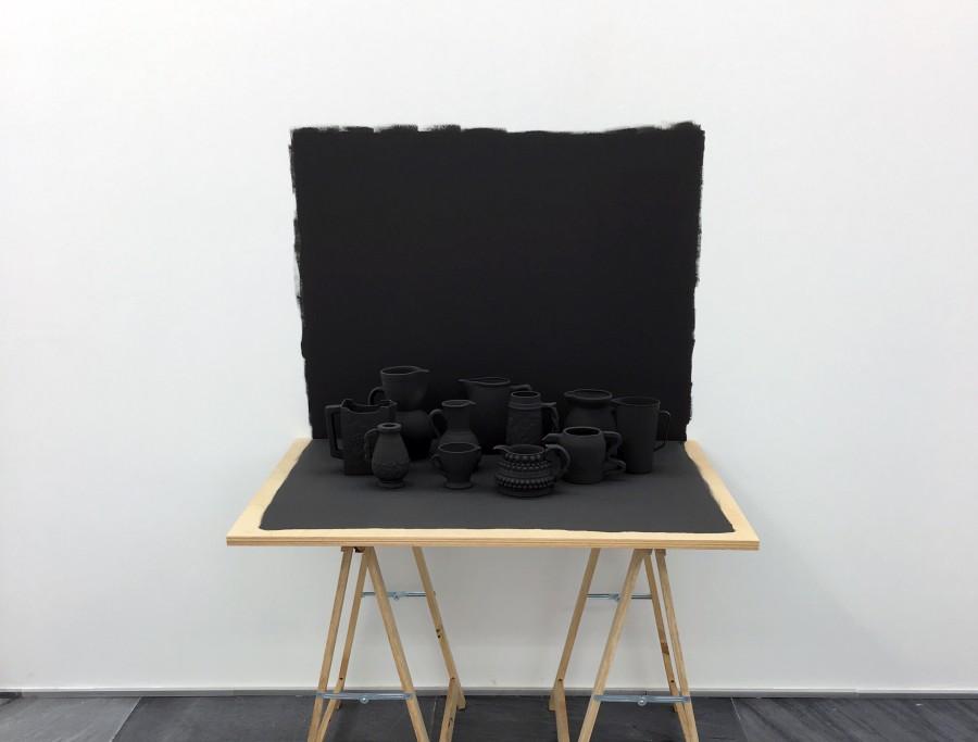 Miguel Ángel Gaüeca, Grey Table, 2017. En Espacio Mínimo, feria Untitled, Miami, 2017. Foto cortesía de la galería.