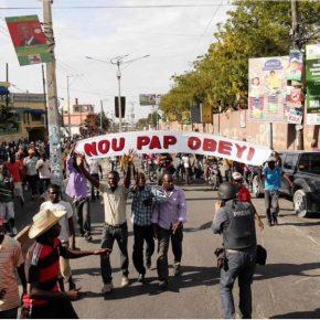 Imagen destacada:Frente 3 de Fevereiro, Nou Pap Obeyi [No Vamos a Obedecer], acción, 2015. Foto: Daniel Lima.