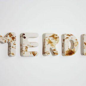 Gabriel Rico, Merde, 2012, cerámica, pintura dorada y plateada. Cortesía de la galería