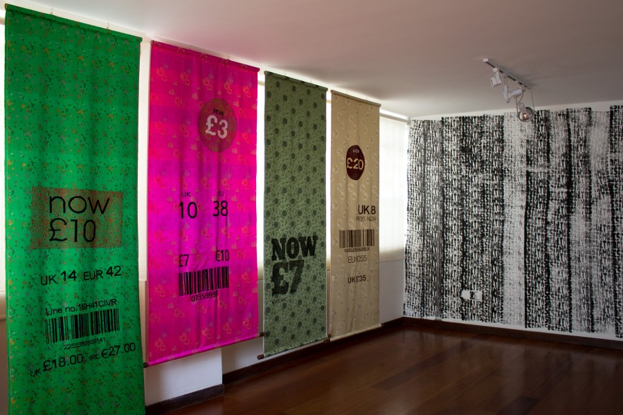 "Barbarita Cardoso, Fast Fashion ""Made in #7 (magenta)""; ""Made in #8 (Verde oliva)""; ""Made in #12 (Dorado)"". Cortesía: Casa Hoffmann."