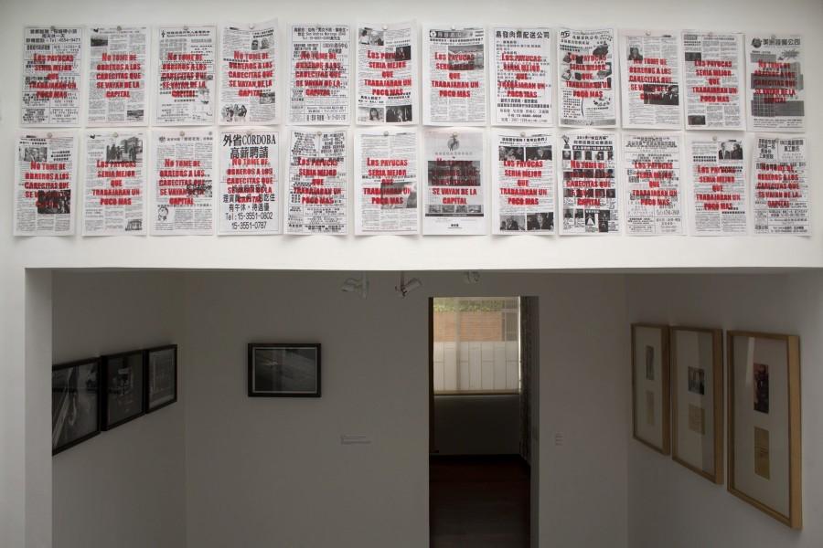 Vista de la exposición e intervención de Alan Santamaría. Cortesía: Casa Hoffmann