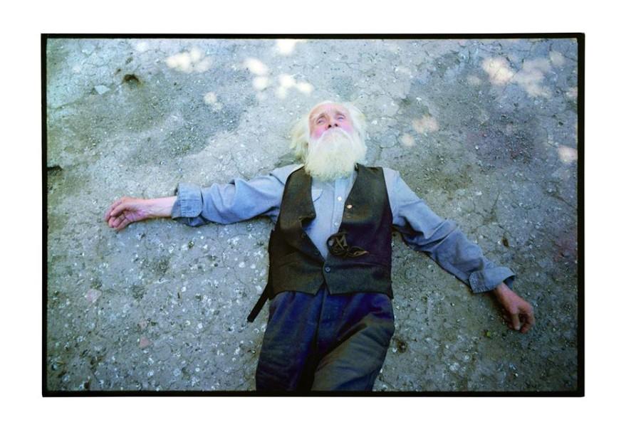La Geometría del Olvido, de Alfredo Jaar, una serie de impresiones de retratos de Clotario Blest que los visitantes pueden llevarse gratis. Cortesía: Galería Gabriela Mistral (GGM), Chile