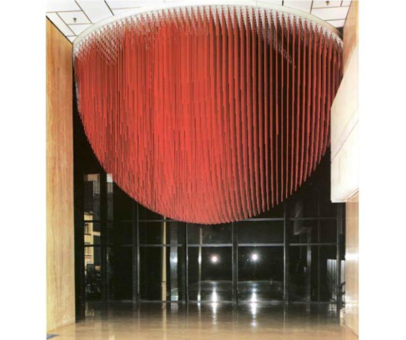 Jesús Rafael Soto, Media Esfera Roja, 1988. En la sección Sitio (León Tovar Gallery, Nueva York). Cortesía: ARTBO 2017