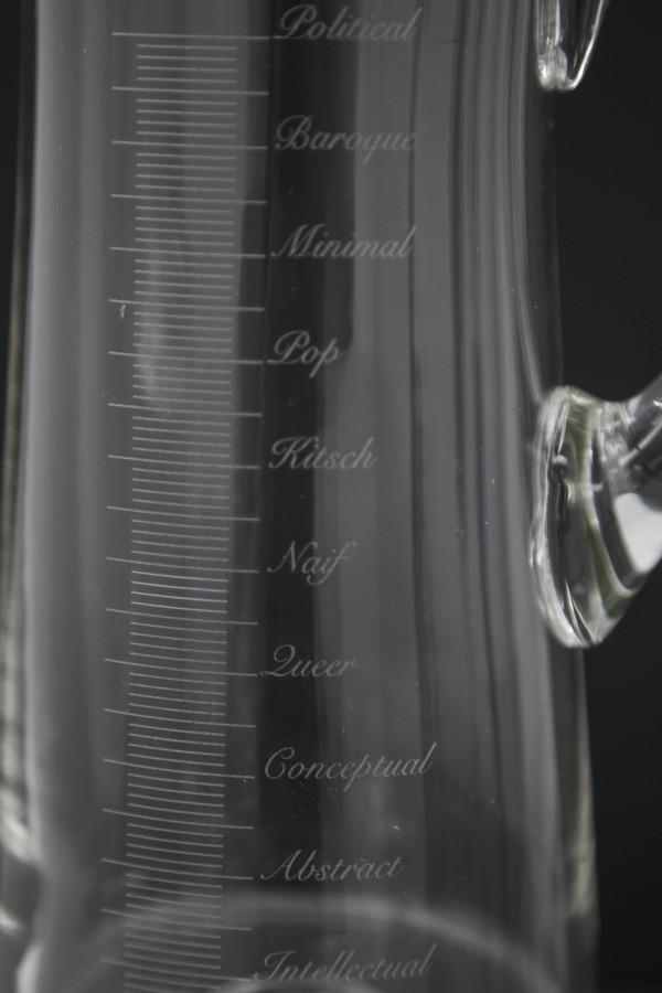 Detalle de Snell Jug (2017), parte de la muestra Setting the Record Straight (Dejando constancia de la medida correcta) de Miguel Ángel Gaüeca en Galería Espacio Mínimo, Madrid. Foto: cortesía de la galería.