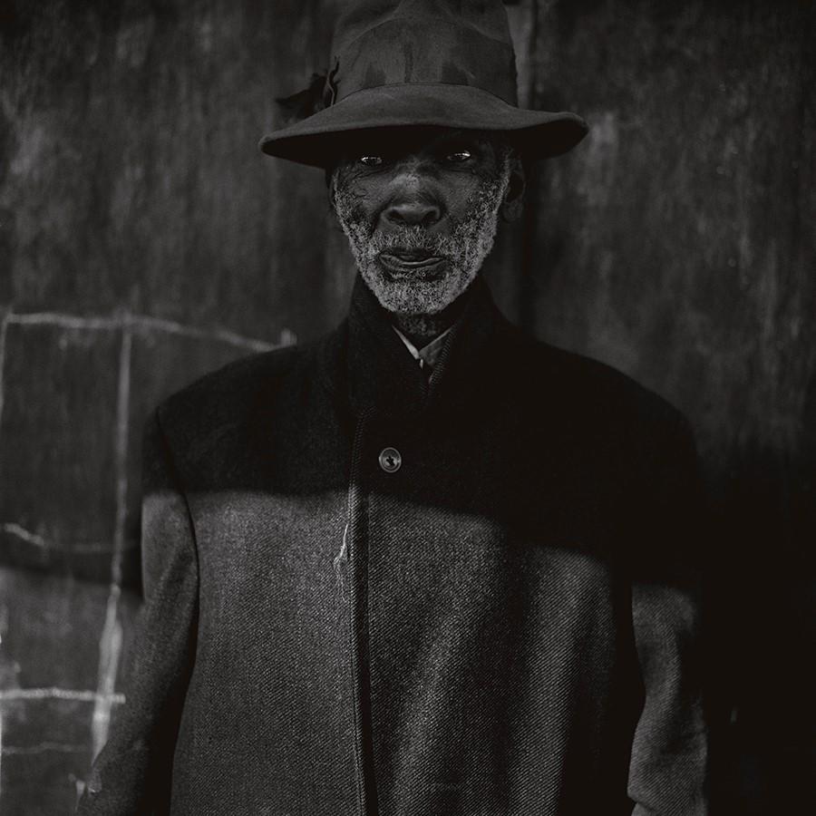 Old Man, Ottoshoop (1983) © Roger Ballen. Foto: cortesía del artista.
