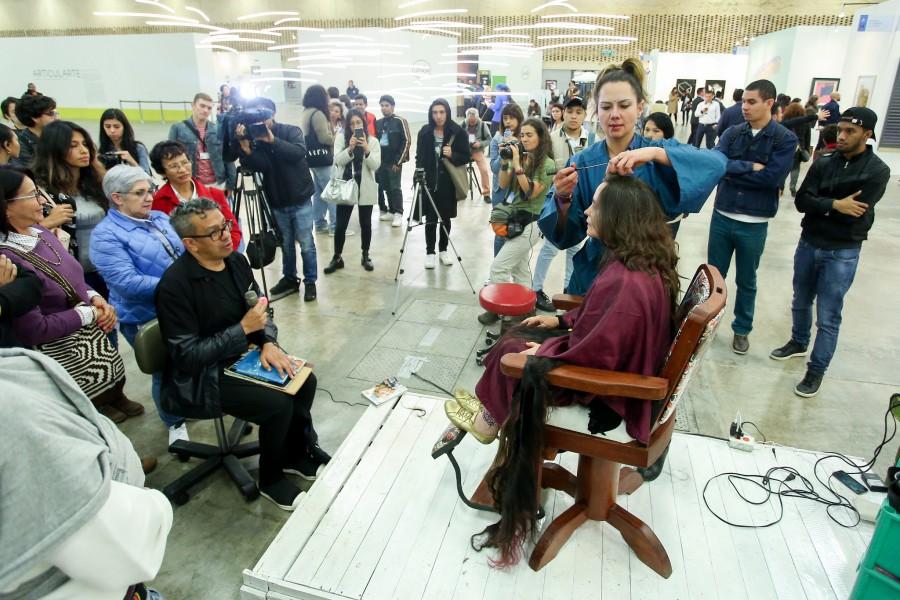 Performance Corte Curatorial (2017). Feria ARTBO. Foto cortesía de ARTBO © Cámara de Comercio de Bogotá / 48 por Segundo.