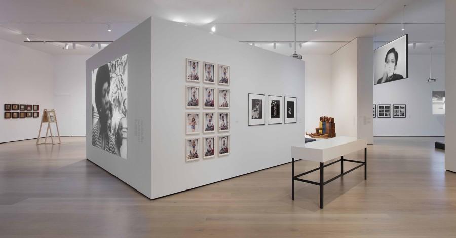 """Vista de la exposición Radical Women: Latin American Art, 1960-1985. Sección """"Autorretratos"""". Hammer Museum, Los Angeles, 2017. Foto: Brian Forrest"""