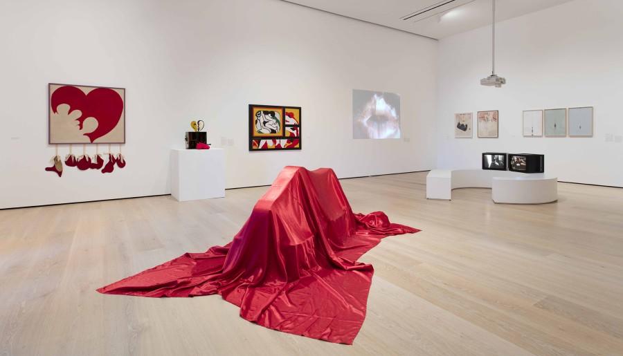 """Vista de la exposición Radical Women: Latin American Art, 1960-1985. Sección """"Erotic"""". Hammer Museum, Los Angeles, 2017. Foto: Brian Forrest"""
