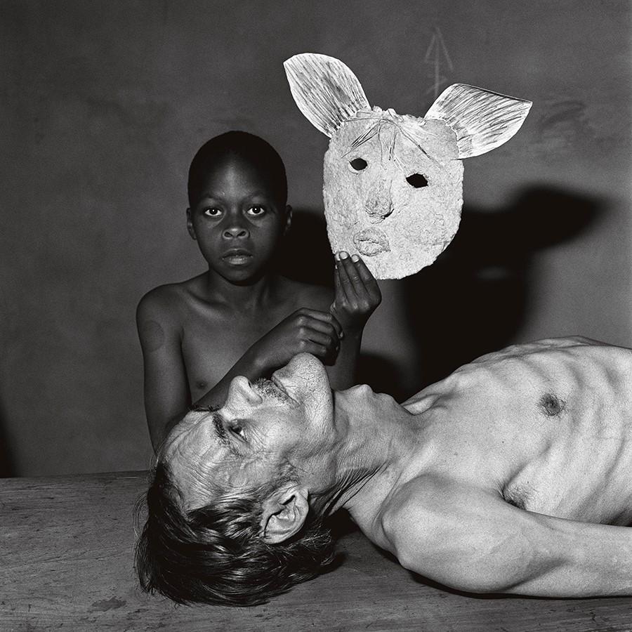 Tommy, Samson and a Mask (2000) © Roger Ballen. Foto: cortesía del artista.