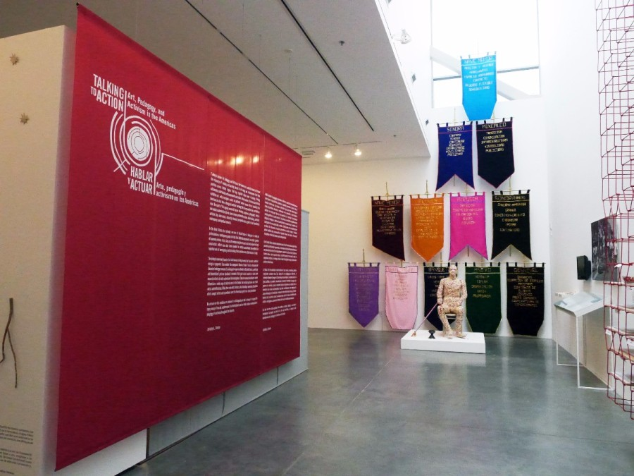"Vista de la exposición ""Talking to Action: Art, Pedagogy and Activism in the Americas"", en la Ben Maltz Gallery del Otis College of Art and Design (Los Ángeles), 2017. Foto: Jeanette Degollado"