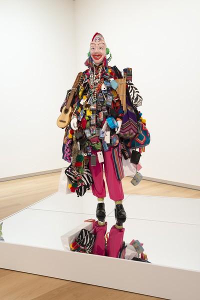 Bernardo Oyarzún, Ekeko, 2013, maniquí con objetos de la cultura Aymara y objetos de consumo masivo. Cortesía del artista y Galería Patricia Ready.