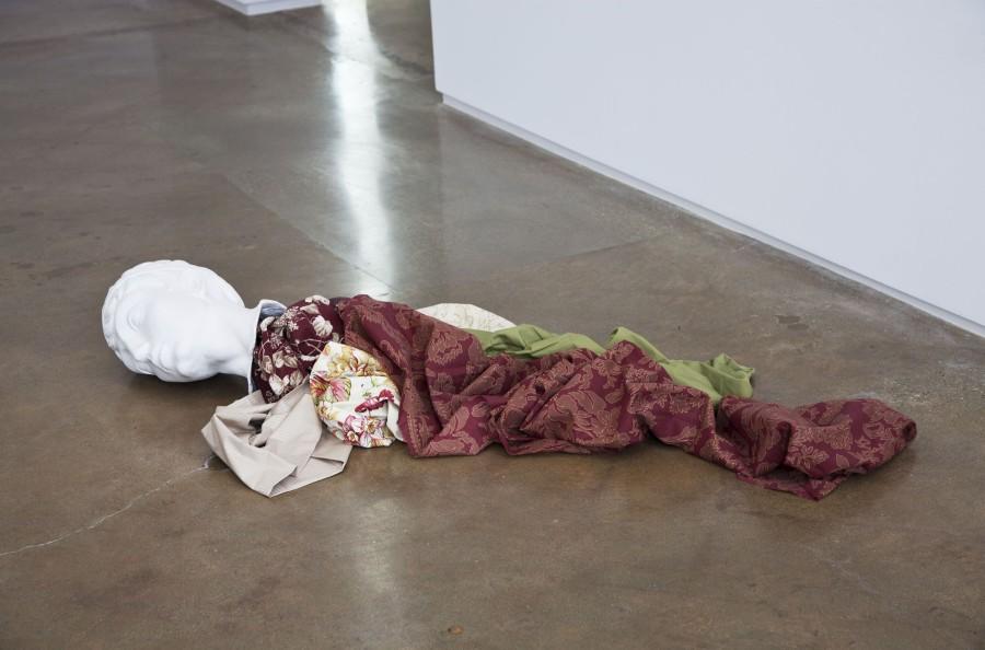 Cynthia Gutiérrez, Decapitados: una decoración para nuestro tiempo, 2011, fibra de vidrio, pintura y textiles, dimensiones variables. Foto: Karl Puchlik. Cortesía de la galería