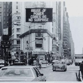Imagen destacada: Jenny Holzer, Abuse of Power Comes As No Surprise (1982). Foto: John Marchael. Cortesía: Jane Dickson. © Jenny Holzer, Artists Rights Society (ARS), New York.