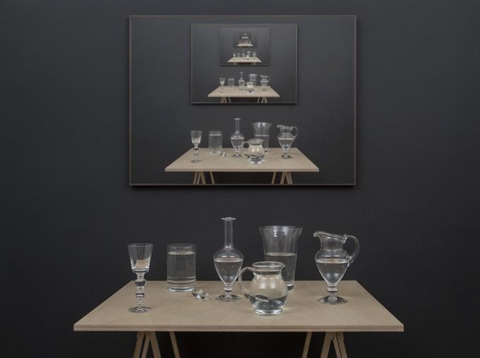 Table 2 (2017), instalación parte de la muestra Setting the Record Straight (Dejando constancia de la medida correcta) de Miguel Ángel Gaüeca en Galería Espacio Mínimo, Madrid. Foto: cortesía de la galería.