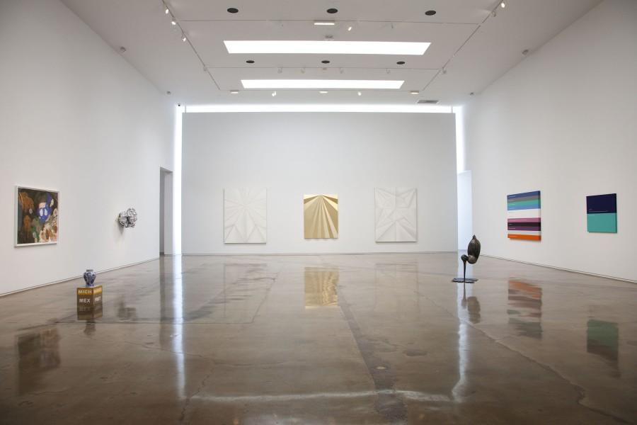 """Vista de la exposición """"Chingaderas Sofisticadas"""", en Kohn Gallery, Los Angeles, 2017. Foto: Karl Puchlik. Cortesía de la galería"""