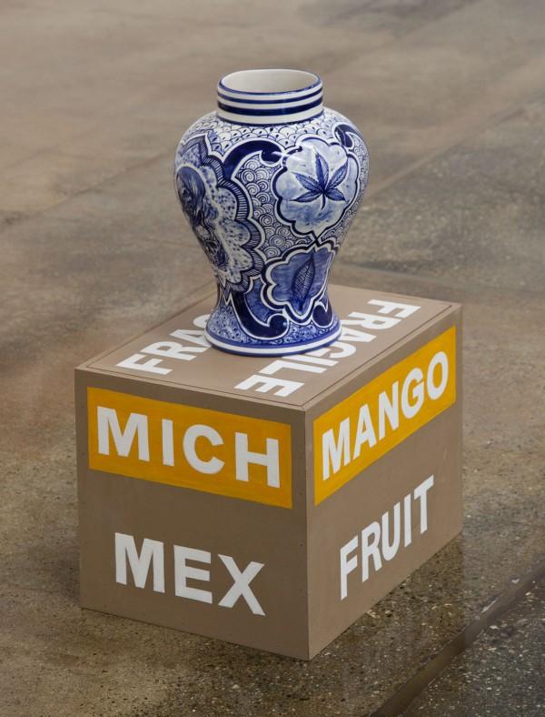 Eduardo Sarabia, Mango Fruit, 2017, cerámica esmaltada y acrílico sobre madera. Foto: Karl Puchlik. Cortesía de la galería
